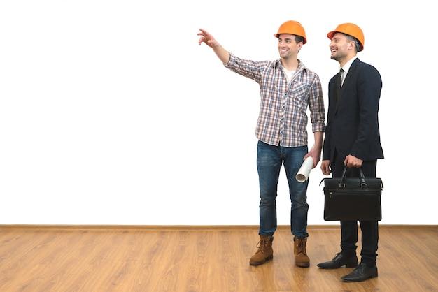 Het twee gelukkige ingenieursgebaar op de witte muurachtergrond
