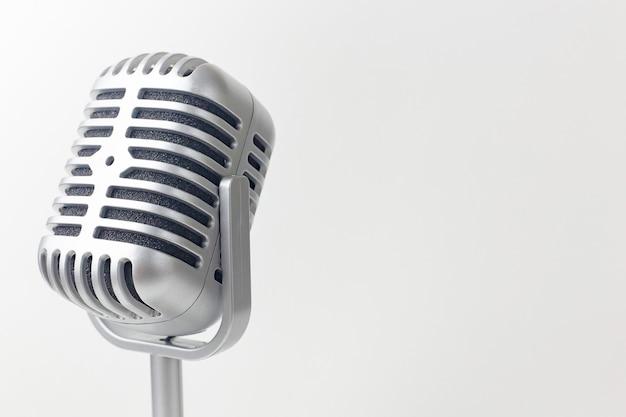 Het uitstekende microfoon dichte omhooggaande beeld op witte achtergrond.