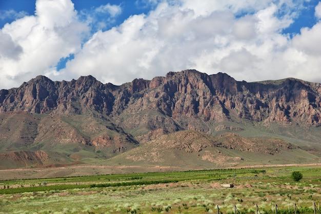 Het uitzicht op de bergen van de kaukasus, armenië