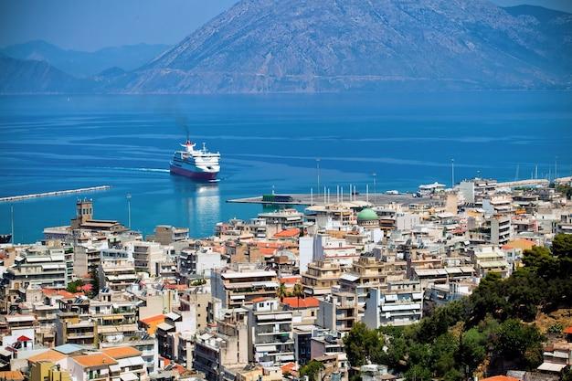 Het uitzicht op de haven in de stad patra, griekenland