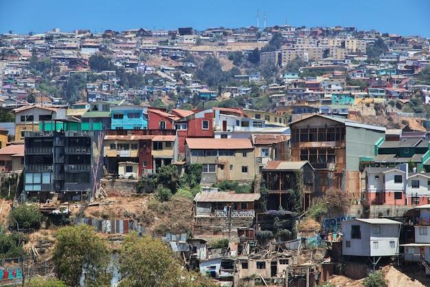 Het uitzicht op de heuvel met vintage huizen in valparaiso