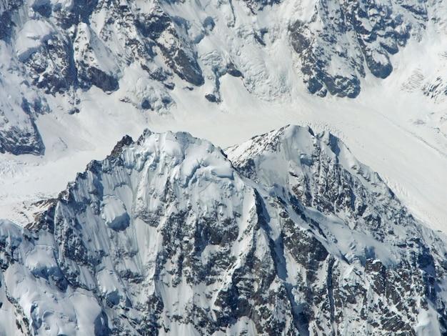 Het uitzicht op de kaukasische bergen vanuit het vliegtuig