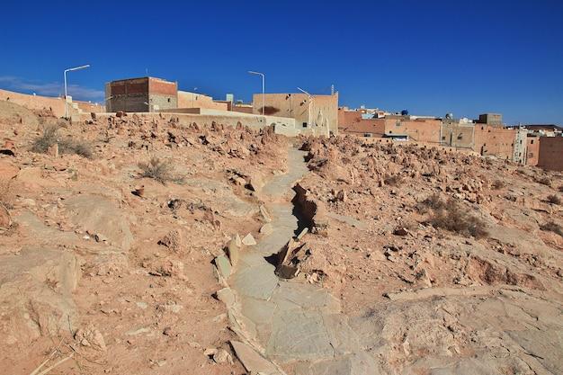 Het uitzicht op de medina van de stad el atteuf in de sahara-woestijn van algerije