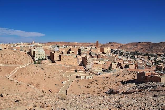 Het uitzicht op de medina van de stad el atteuf in de saharawoestijn van algerije