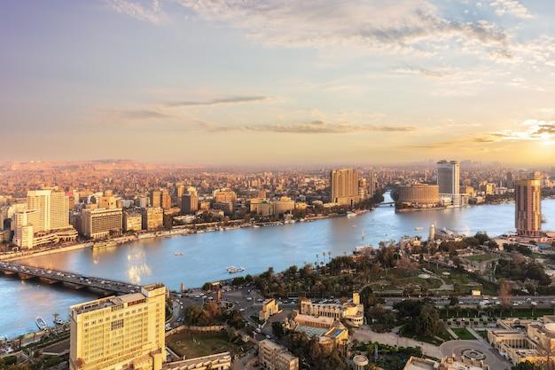 Het uitzicht op de nijl in caïro vanaf de tv-toren, egypte.