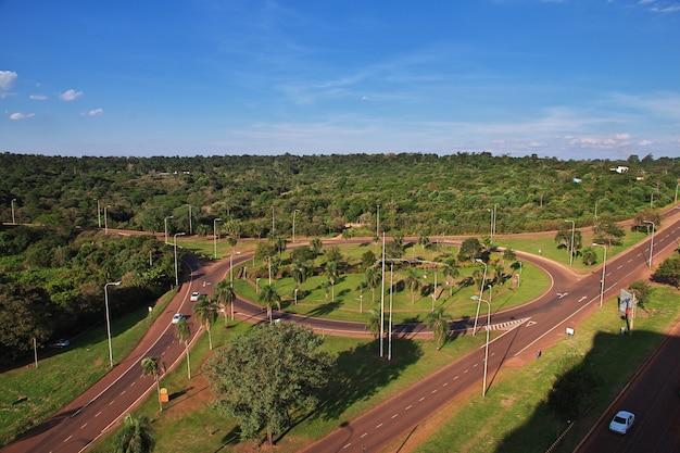 Het uitzicht op de weg in de jungle van argentinië