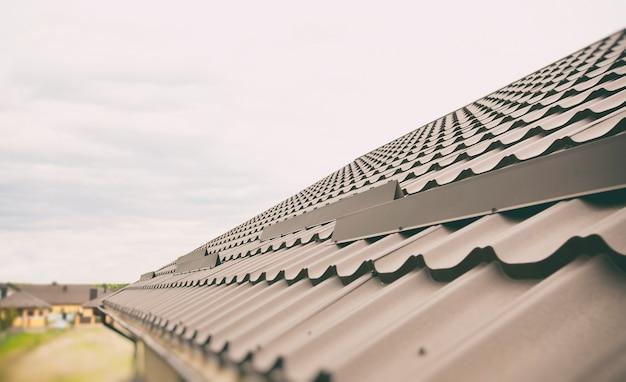 Het uitzicht op het dak gemaakt van metalen tegels