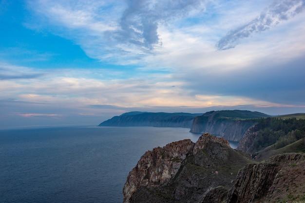 Het uitzicht op het olkhon-eiland op het baikalmeer