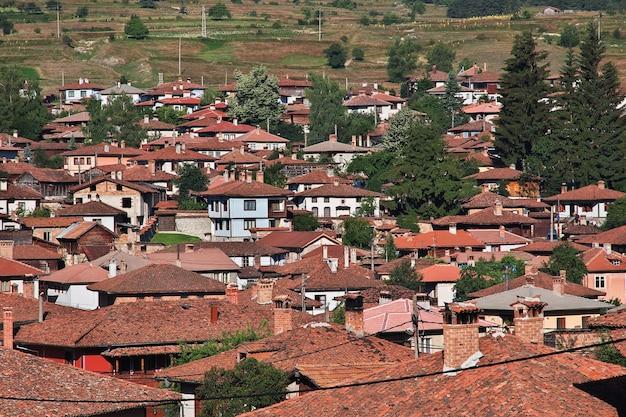 Het uitzicht op het vintage dorp koprivshtitsa in bulgarije