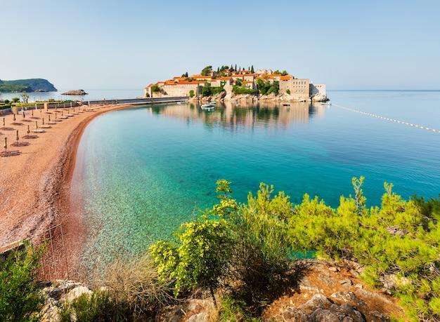 Het uitzicht op het zee-eilandje sveti stefan met het roze zandstrand milocer (montenegro, nabij budva)