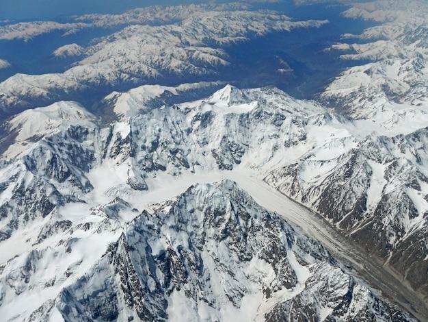 Het uitzicht op kaukasische bergen