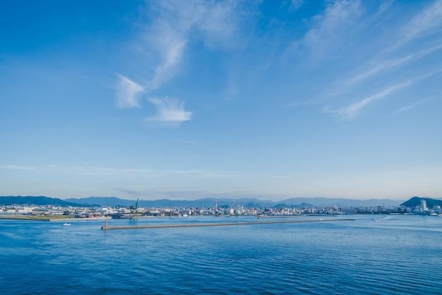 Het uitzicht op takamatsu bay en city terwijl de zon ondergaat.