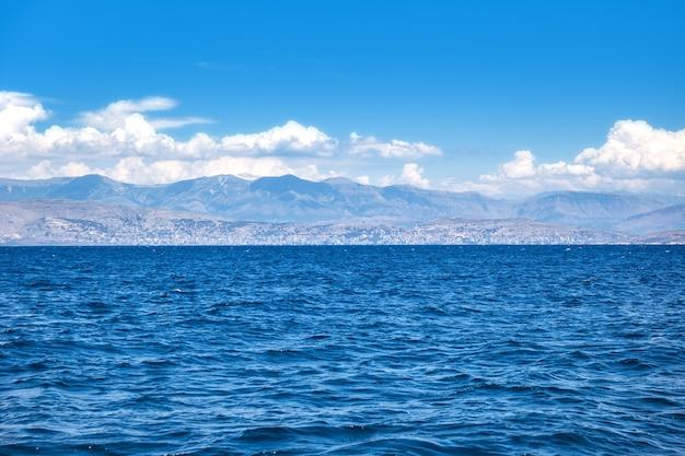 Het uitzicht over de albanese rivièra en de onofficiële hoofdstad saranda vanaf het eiland corfu in griekenland