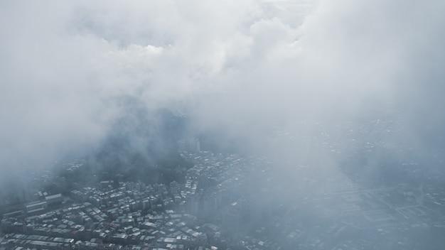 Het uitzicht over taipei, de hoofdstad van taiwan, vanaf de top van taipei 101, het op één na grootste gebouw ter wereld, schiet na regen met mist.