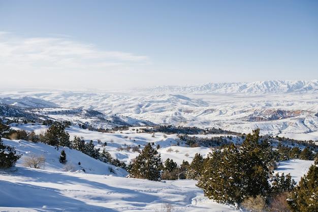 Het uitzicht vanaf de kabelbaan naar het skigebied beldersay
