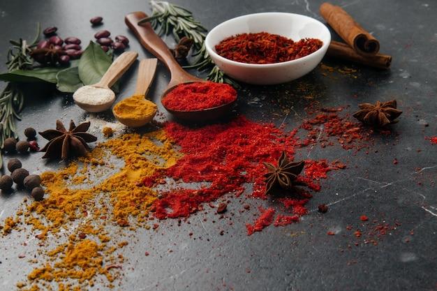 Het uitzicht vanaf de top. indiase keuken. kruiderij. kruiden met verse en gedroogde kruiden in kommen. vrije ruimte voor kopiëren