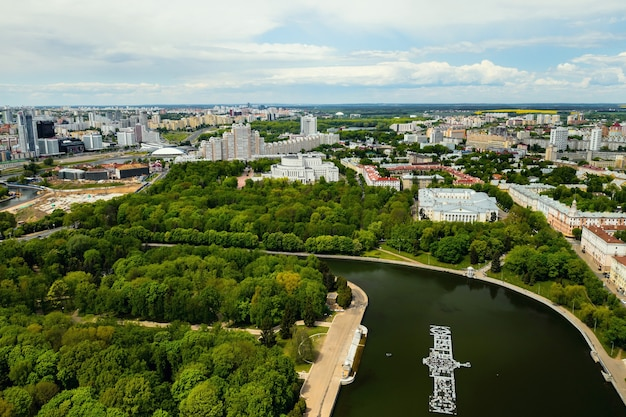 Het uitzicht vanaf de top van het park in minsk.a vogelvlucht van de stad minsk. wit-rusland.