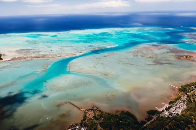 Het uitzicht vanuit het vogelperspectief op de kust van mauritius.