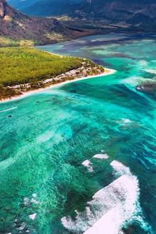 Het uitzicht vanuit het vogelperspectief op het koraalrif bij de berg le morne brabant