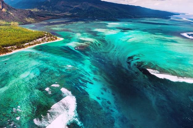 Het uitzicht vanuit vogelperspectief op het koraalrif bij de berg le morne brabant,