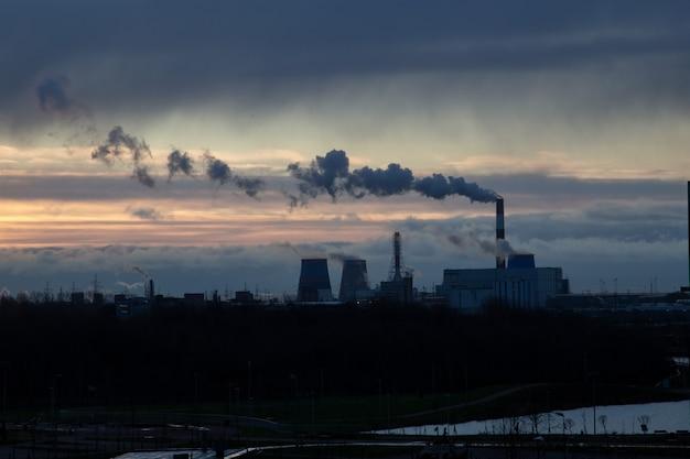 Het uitzicht voor zonsopgang bij de thermische centrale