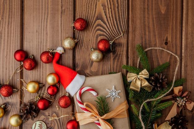 Het vakje van de kerstmisgift, voedseldecor en sparrentak op houten lijst