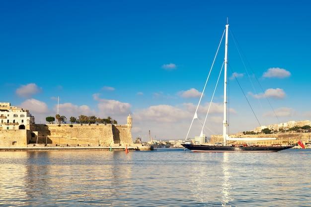 Het varende schip gaat grote valletta-baai in malta binnen