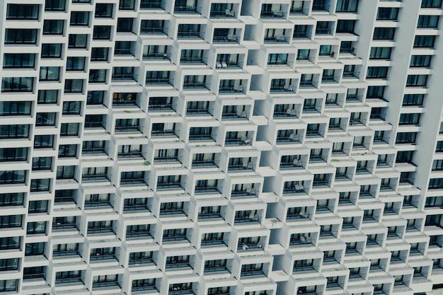Het venster van de geometrische wolkenkrabber