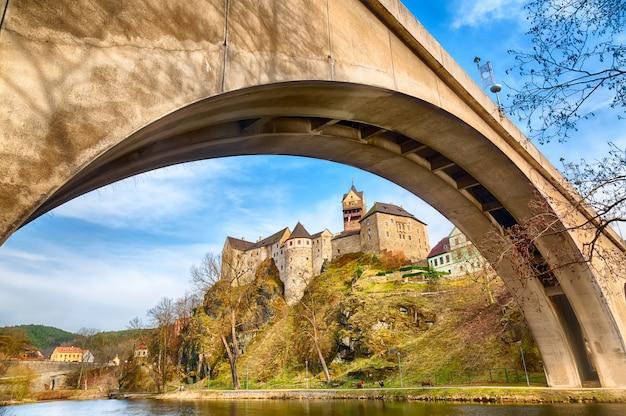 Het verbazende oriëntatiepunt in tsjechische republiek, dichtbij het kasteel op middelbare leeftijd van karlovy varieert loket met blauwe hemel in de lente.
