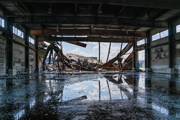 Het verbrande gebouw is gemaakt van geprofileerd blad. kijk naar binnen na het vuur