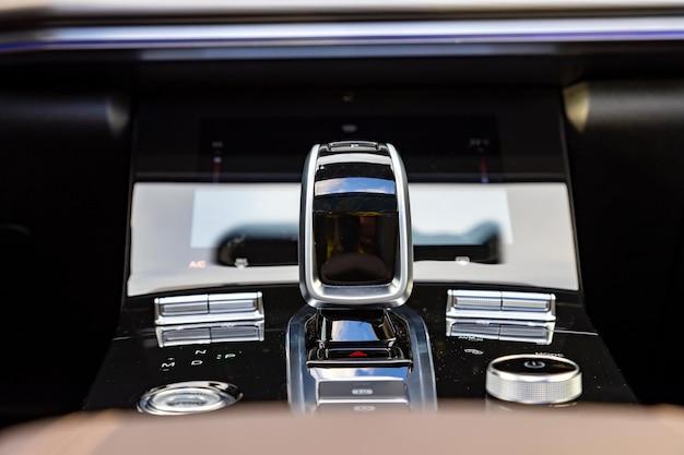 Het verchroomde deel van het auto-interieur close-up versnellingspookknop en multimedia bodems versnellingspook van een