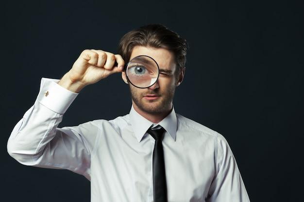 Het vergrootglas van de bedrijfsmensenholding