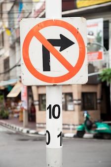 Het verkeer moet rechts draaien.