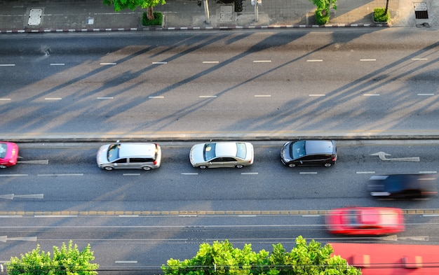 Het verkeer op de weg in bangkok