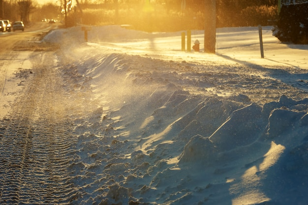 Het verkeer van de winter in sneeuwstormstraat die met verse sneeuw tijdens een sneeuwonweer wordt gevuld