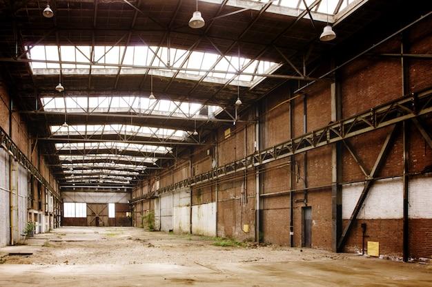Het verlaten lege oude binnenland van de fabrieksworkshop