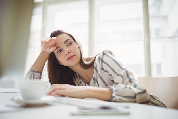 Het vermoeide onderneemster ontspannen in creatief bureau