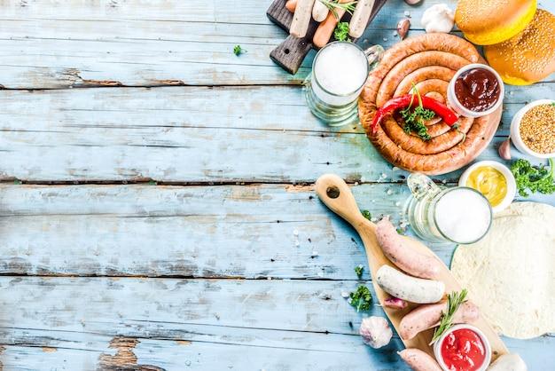 Het verschillende bbq voedsel van de picknickpartij met bier