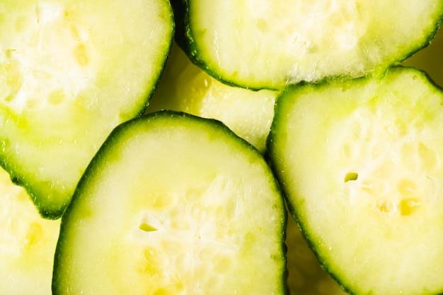 Het verse close-up van komkommerplakken