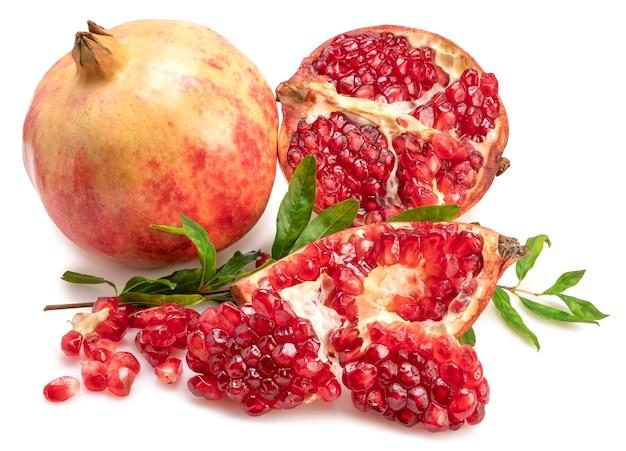 Het verse fruit van de tunesische granaatappel isoleert op witte achtergrond.