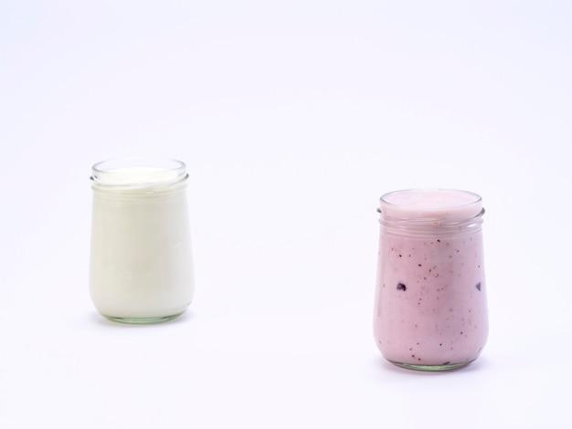 Het verse glas van de bosbessenyoghurt op een witte achtergrond