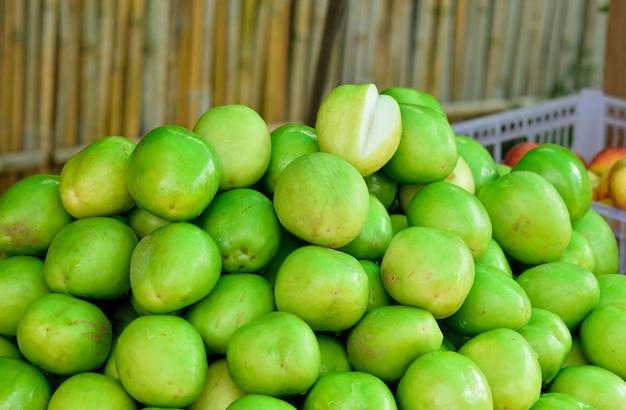 Het verse groene jujubefruit bracht markt aan