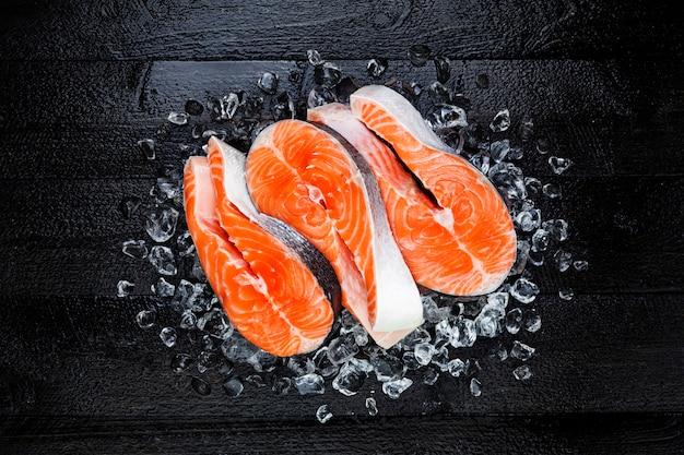 Het verse ruwe lapje vlees van zalm rode vissen op ijs