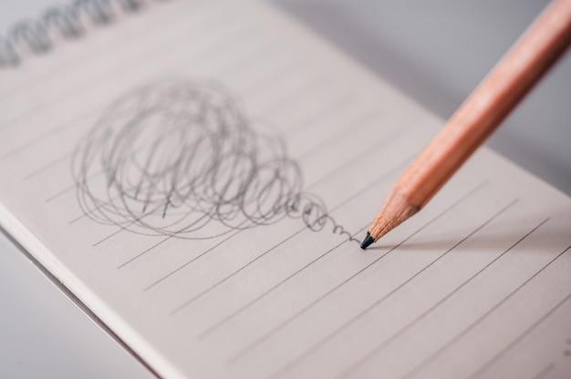 Het verwarde concept met bezig potlood trekt.