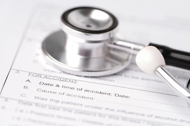 Het verzoekformulier van de ziektekostenverzekeringongeval met stethoscoop.