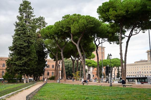 Het victor emmanuel ii-monument in rome italië op piazza venezia, toeristen en autoverkeer.