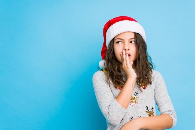 Het vieren van het meisje kerstmisdag zegt een geheim heet remmend nieuws en kijkt opzij