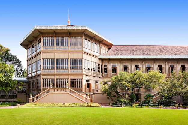 Het vimanmek mansion is een voormalig koninklijk paleis in bangkok, thailand. het is gelegen in het dusit palace-complex in bangkok, thailand
