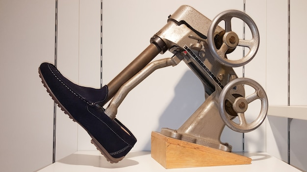 Het vintage schoen uitrekken zich in de machine van brancardschoenen