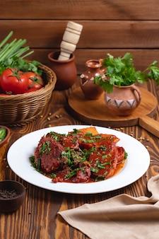 Het vlees in tomatensausaardappel maakt zijaanzicht groen